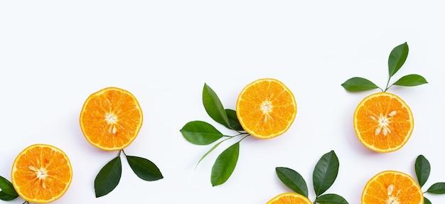 Orangenfrüchte auf weißem hintergrund. zitrusfrüchte kalorienarm, reich an vitamin c und ballaststoffen