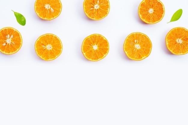Orangenfrüchte auf weißer oberfläche