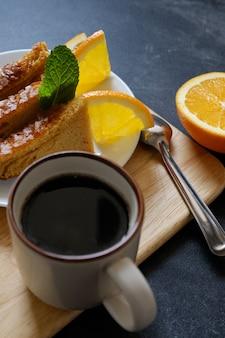 Orangenkuchen mit schwarzem kaffee