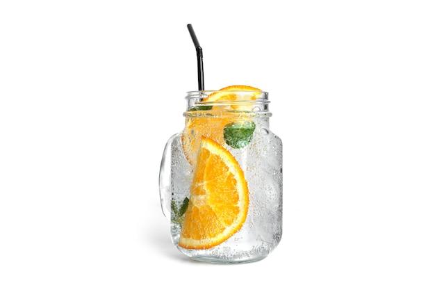 Orangenlimonade mit minze und eis in einem klaren einmachglas isoliert