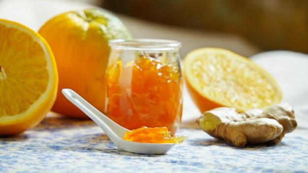 Orangenmarmelade mit ingwer, hintergrundbeleuchtung