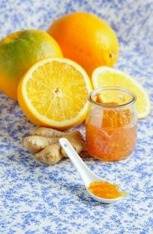 Orangenmarmelade mit ingwer im gegenlicht