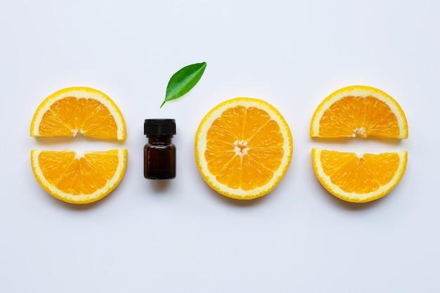 Orangenöl mit frischen orangen-zitrusfrüchten
