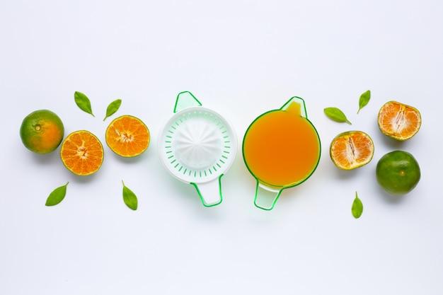 Orangenpresse der zitrusfrucht mit orangen auf weiß