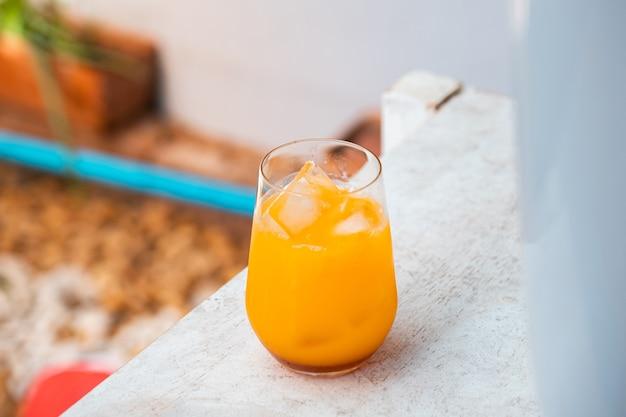 Orangensaft auf holztisch sommercocktail