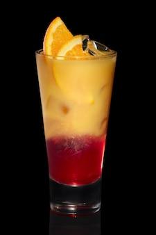 Orangensaft des cocktailwodkas und erdbeersirup lokalisiert auf schwarzem
