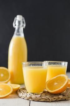 Orangensaft gläser und eine flasche
