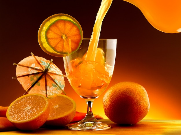 Orangensaft in ein glas gegossen