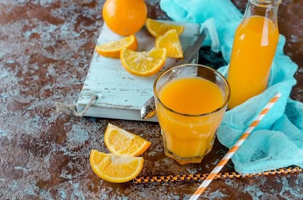 Orangensaft in einem glas und in stücken