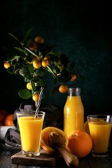 Orangensaft mit orangen serviert