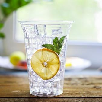 Orangensaft oder limonade mit minze