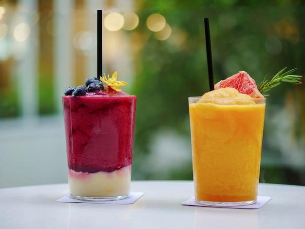 Orangensaft smoothies. gemischte beerenerdbeere und rote beete mit joghurt smoothies
