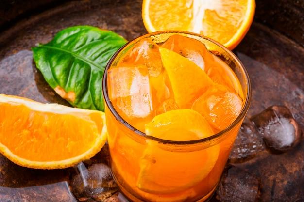 Orangensaftgetränk mit eis