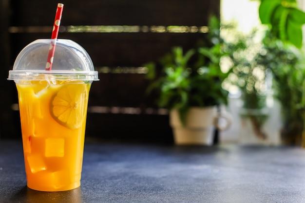 Orangensaftgetränk oder limonade