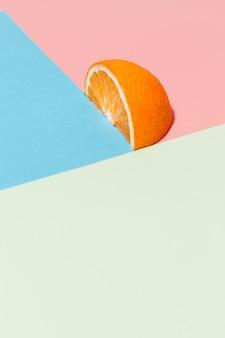 Orangenscheibe auf buntem hintergrund