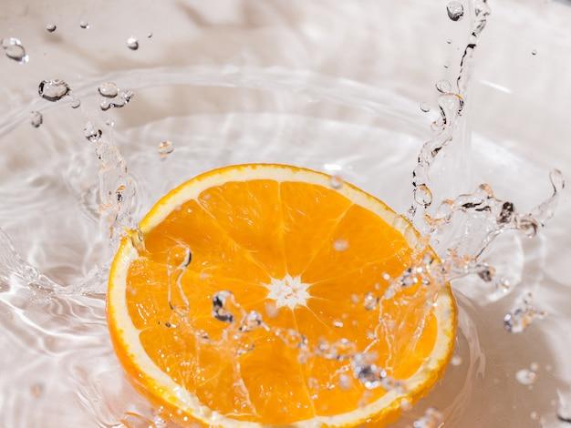 Orangenscheibe im wasser