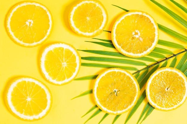 Orangenscheiben auf gelbem grund