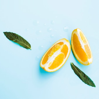 Orangenscheiben mit minze im studio
