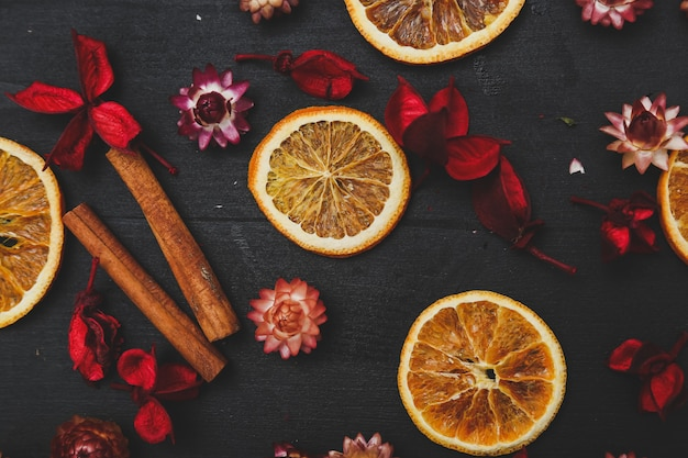 Orangenscheiben, zimt und blumen