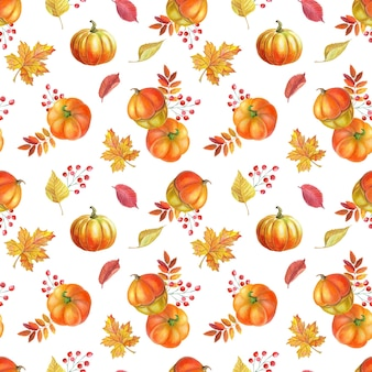 Oranger kürbis, herbstgelbe blätter, rote vogelbeeren auf weißem hintergrund.