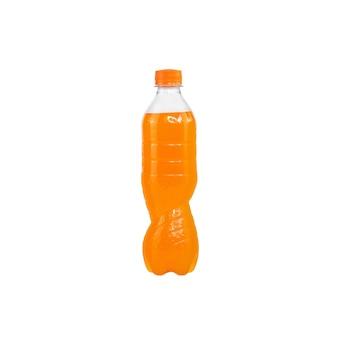 Oranges sprudelwasser in einer plastikflasche isoliert