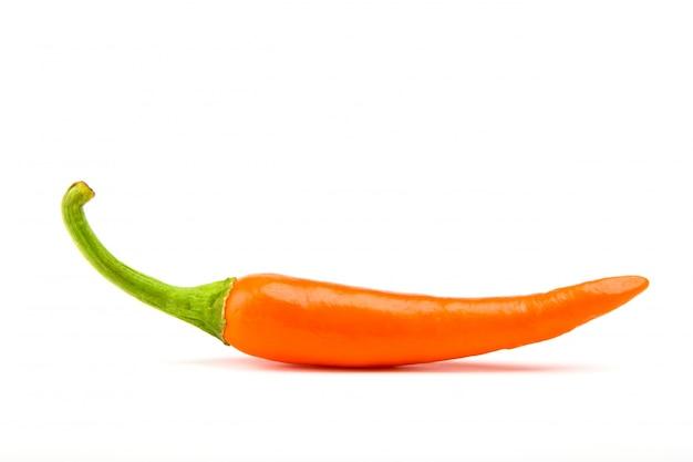 Orangr hot chili-pfeffer auf einem weißen hintergrund