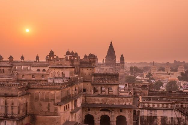Orchha palace, hinduistischer tempel, stadtbild bei sonnenuntergang, madhya pradesh. auch buchstabiert orcha, berühmtes reiseziel in indien.