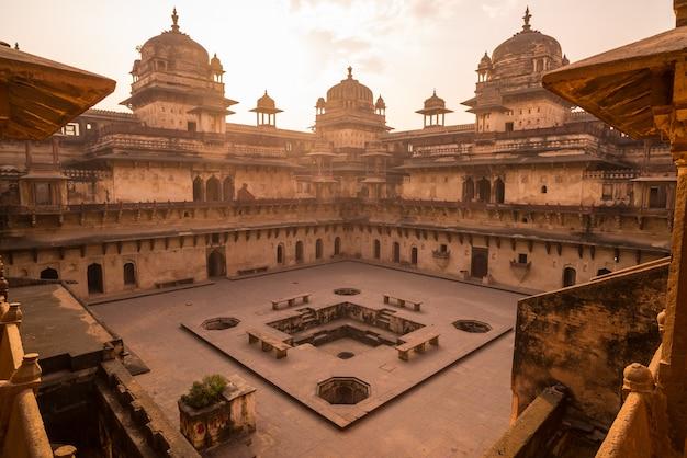 Orchha palace, innenraum mit innenhof und steinmetzarbeiten, hintergrundbeleuchtung.