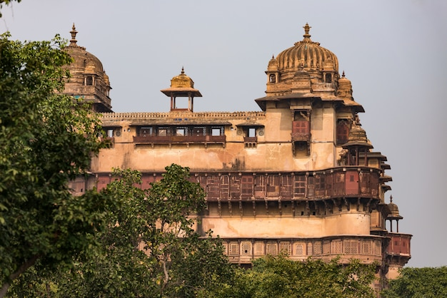 Orchha palast, madhya pradesh. auch buchstabiert orcha, berühmtes reiseziel in indien.