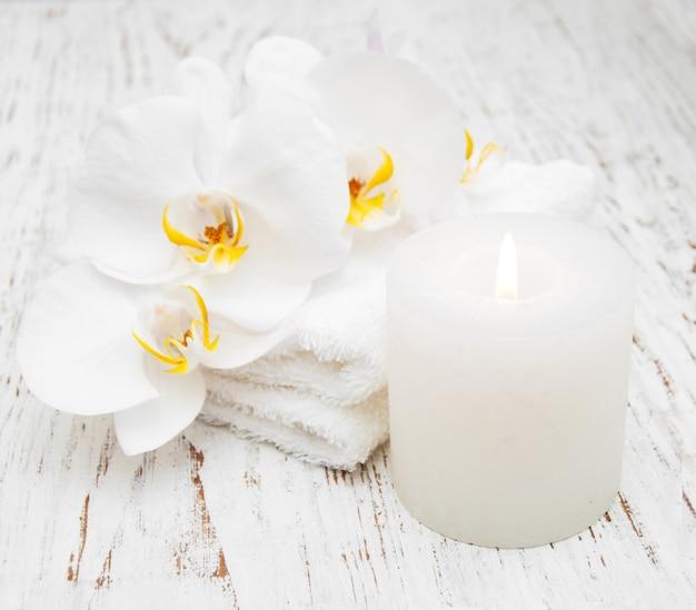 Orchideen und spa-handtücher