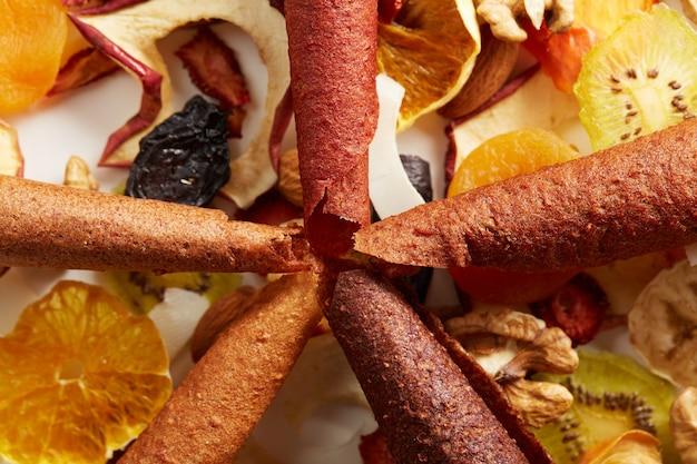 Ordentlich gestapelte fruchtpastille in verschiedenen farben und nüssen Kostenlose Fotos