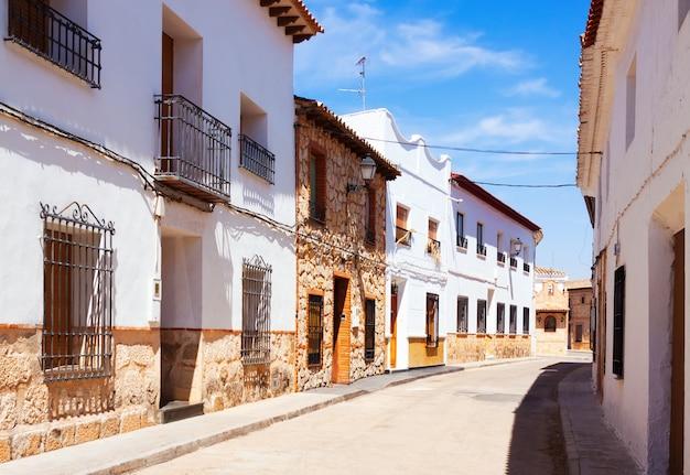 Ordentliche straße der spanischen stadt. el toboso