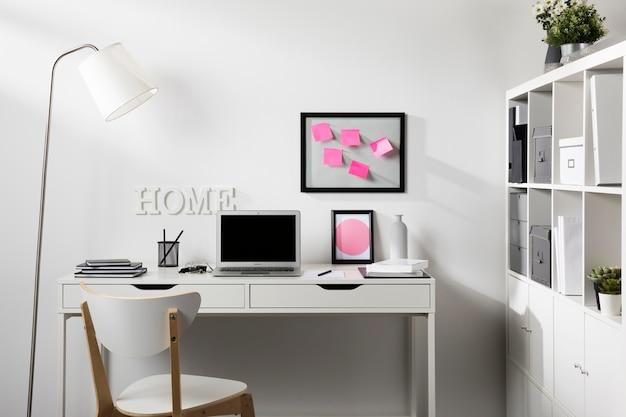 Ordentlicher arbeitsbereich mit laptop