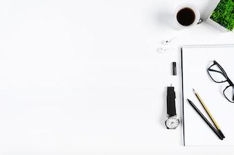 Ordentlicher Arbeitsplatz mit Briefpapier und Kaffee
