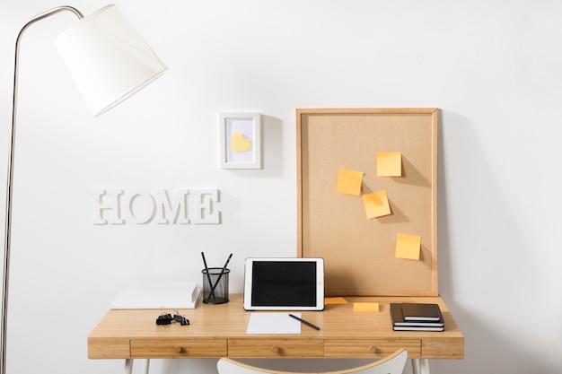 Ordentlicher und ordentlicher arbeitsbereich mit tablet auf dem schreibtisch