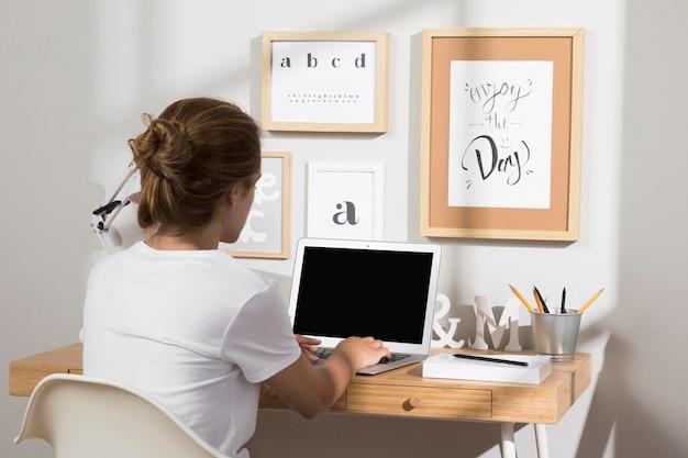 Ordentlicher und organisierter arbeitsbereich mit laptop