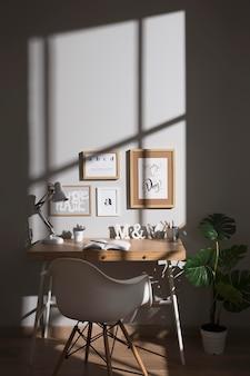 Ordentlicher und organisierter arbeitsbereich mit stuhl