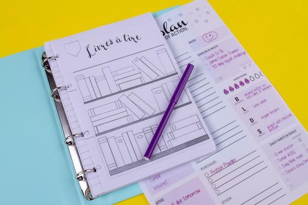 Ordner mit planungsunterlagen und lila filzstift.