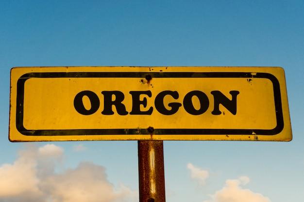 Oregon-staat auf altem gelbem schild mit blauem himmel
