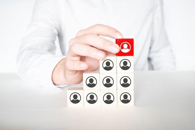 Organisation und teamstruktur symbolisiert mit würfeln