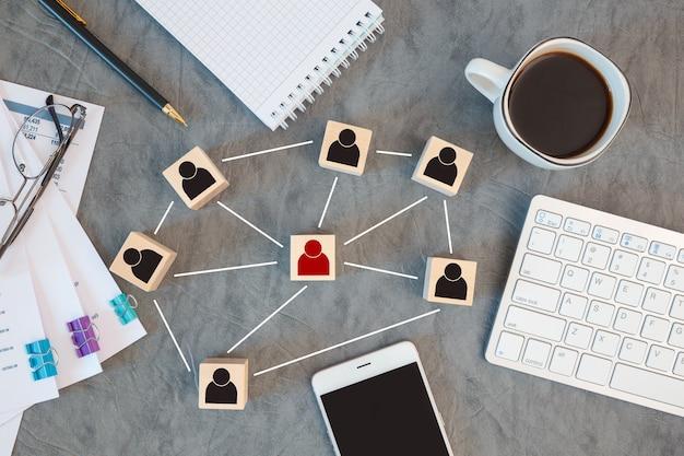 Organisationsstruktur, teambuilding, rekrutierung, management und personalkonzepte. personensymbole auf holzwürfeln, die miteinander verbunden sind.