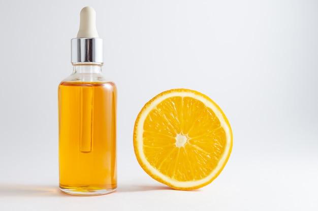 Organische badekurort-kosmetik mit kräuterbestandteilen: vitamin c-serum in der kosmetikflasche mit tropfenzähler.