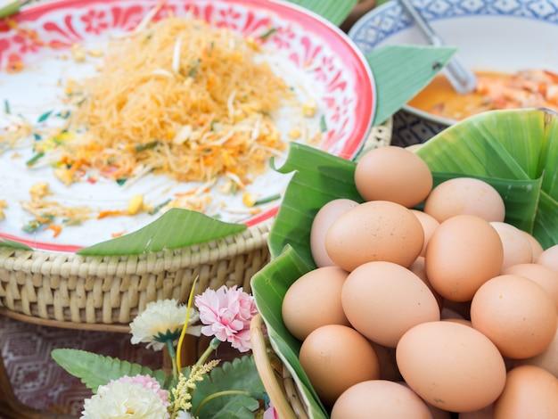 Organische gesalzene eier in bananenblättern