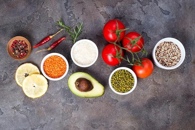 Organische gesunde nahrung auswahl an sauberem essen, einschließlich bestimmter proteine, verhindert krebs