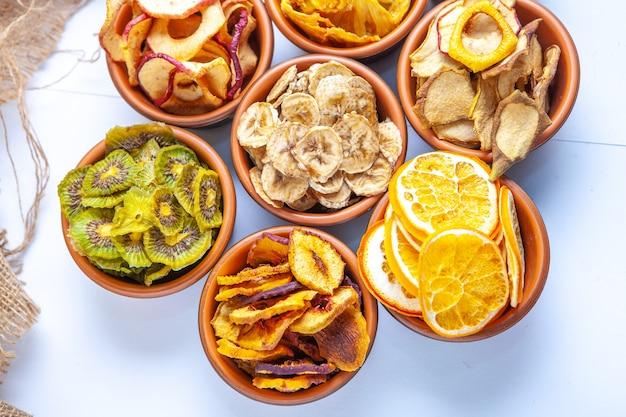 Organische gesunde sortierte trockenfruchtmischung nahaufnahme. trockenfruchtsnacks. getrocknete äpfel, mango, feijoa, getrocknete aprikosen, pflaumen draufsicht