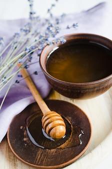 Organische honig- und lavendelblumen auf holztisch.