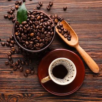 Organische kaffeebohnen der draufsicht auf dem tisch