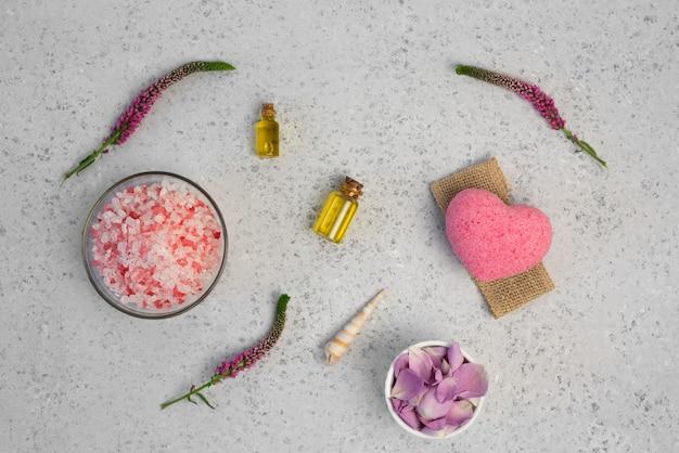 Organische kosmetik mit rosenöl auf grauem hintergrund