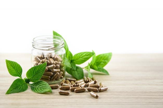 Organische kräutermedizin von der natur lokalisiert auf weißem hintergrund