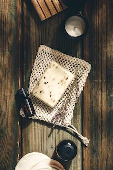 Organische lavendelseife auf hölzernem hintergrund. öko natürliche badzubehör, naturkosmetikprodukte und werkzeuge. null-abfall-konzept. plastik frei.